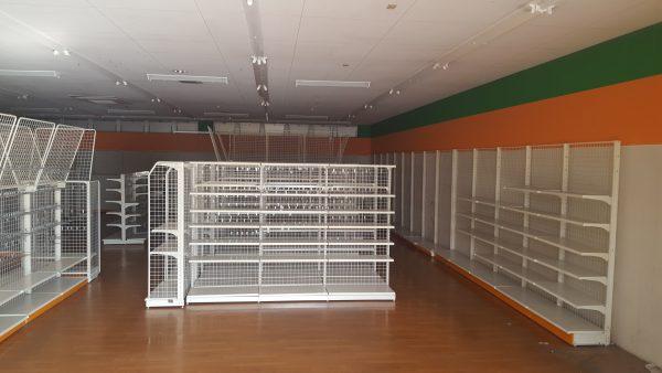 閉店時の棚の写真