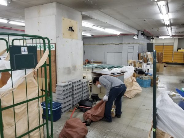 閉店後、原状回復スケルトン作業の様子